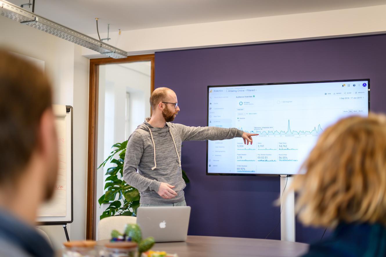 online marketing uitbesteden dirk presenteert met analytics